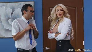 Prexy vixen Nicolette Shea hooks up close by a lucky gentleman