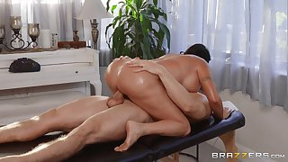 Big ass wife enjoys wild moments of mating with the masseur
