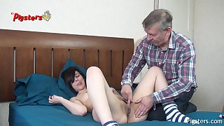 Old Camera Man Bates plus Fucks Young Model