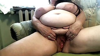 Chubby perishable mature slut is strenuous hard to make herself wet on camera