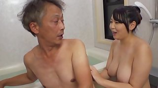 Curvaceous Asian Minazumi Hikari applies herself in a beeline pleasing an older guy